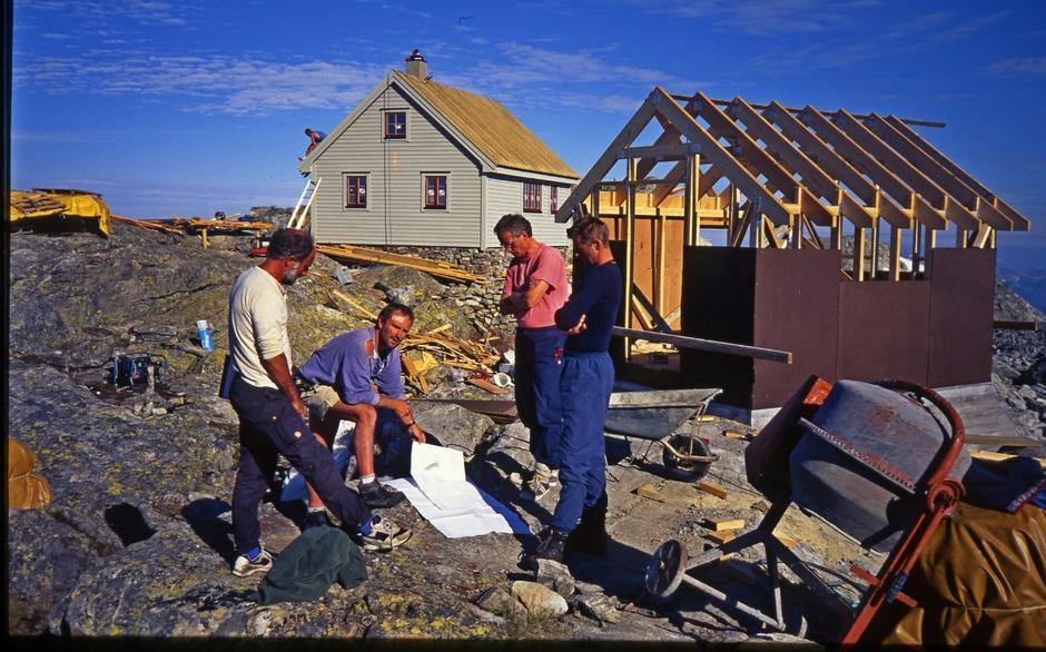Fonnabu under byggingen av nye hytten i 1996. Også her kan du se byggmester Bjørn S. Vike (nr to fra venstre) sammen med Nils Gausvik (nr to fra høyre). Karl Olsen til venstre i bildet.