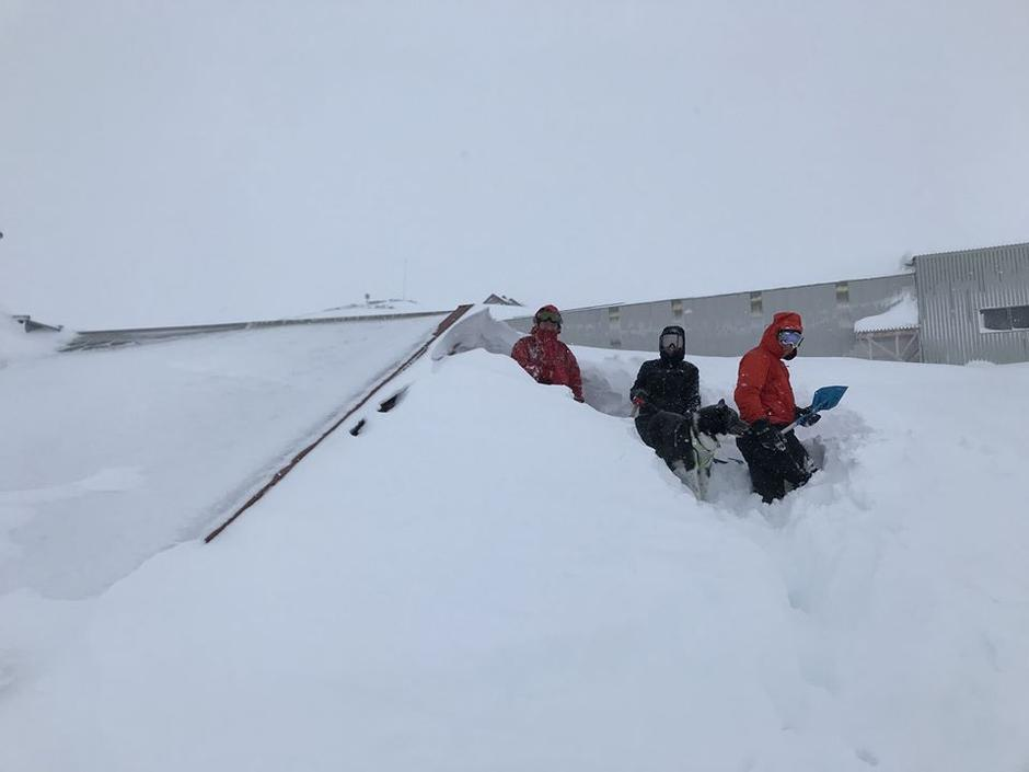 Kun taket av Hallingskeid turisthytte stikker opp over snøen.