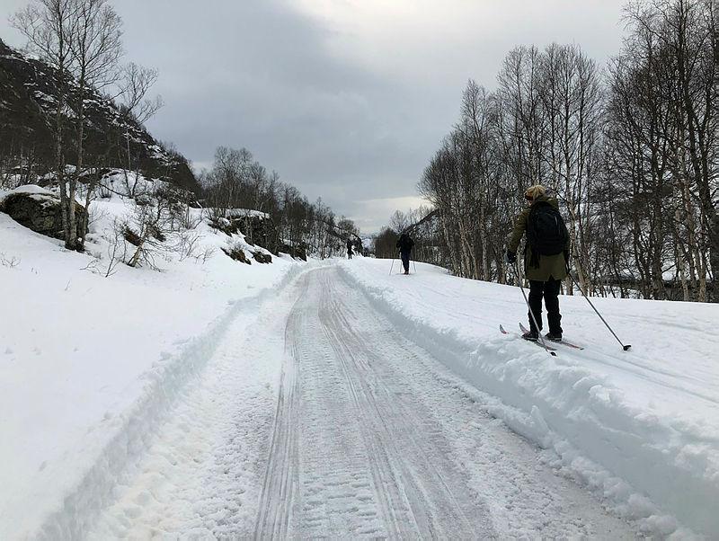 Flatstølsveien 2 april. Sira Kvina har brøytet fra Ådneram til Duge Kraftstasjon.