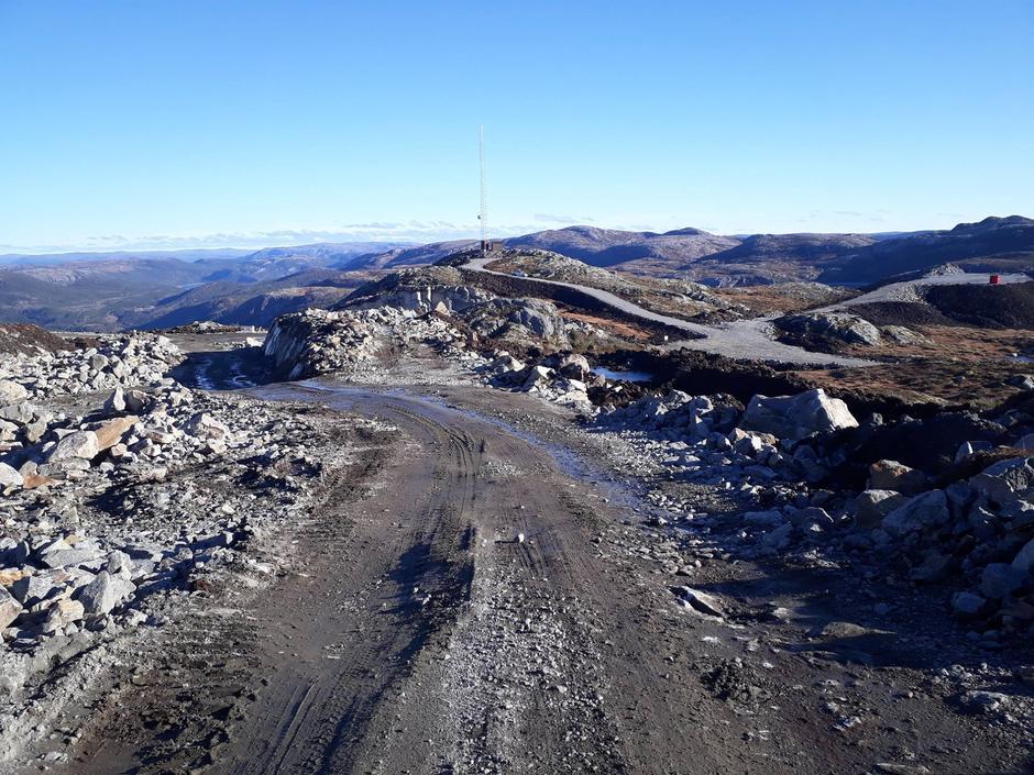Nå skal det bygges 18 gigantiske vindkraftanlegg i Trøndelag som ødelegger naturen vår. Til hver vindturbin, som er 250 meter høy, bygges det 800 meter veg og en oppstillingsplass på størrelse med en halv fotballbane» Ikke nok med det; nå utreder NVE  utbygging av resten av Trøndelag.