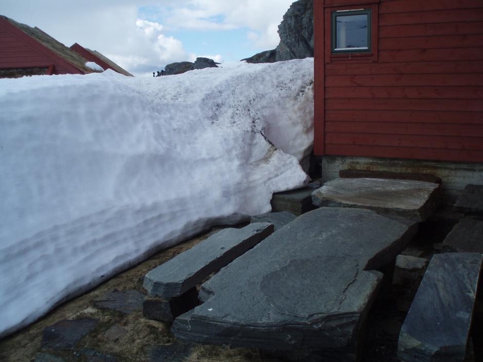 Under snøen titter benker og bord fram.