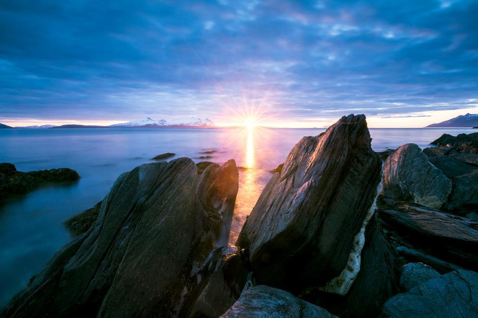 På Vannøya er du nærme havet, enten du befinner deg i strandlinja eller går på topptur.