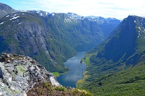 Vilt og vakkert i Nærøyfjorden verdsarvområde. Frå Breiskrednosi