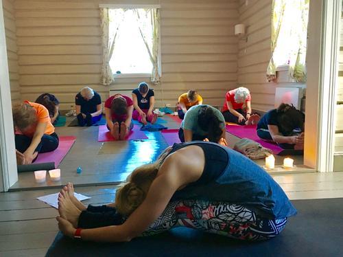 Yoga på Nedre Gupu.