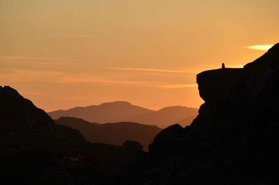 Solnedgang og utsikt til blåne på blåne i høstens fargepalett.