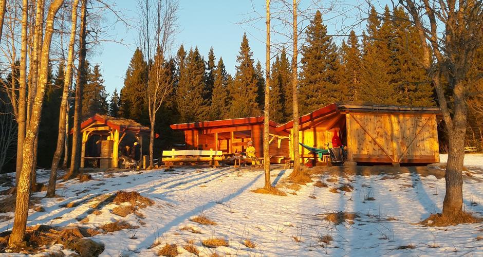 I skogkanten vest for gården er det bygd to av i alt tre gapahuker samt en ovnshuk.