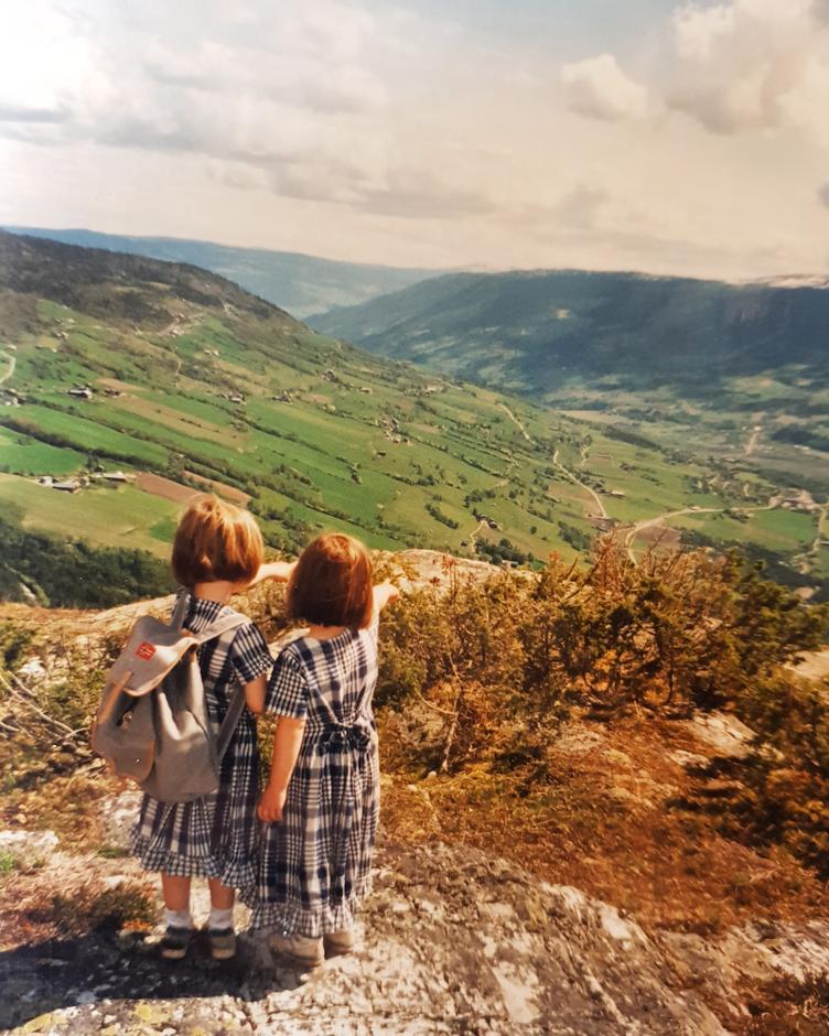 På «ekspedisjonstur» opp Skutelen som ligger i Sør-Fron i Gudbrandsdalen, med kjole og sekk på midten av 90-tallet. Små barn med store drømmer.