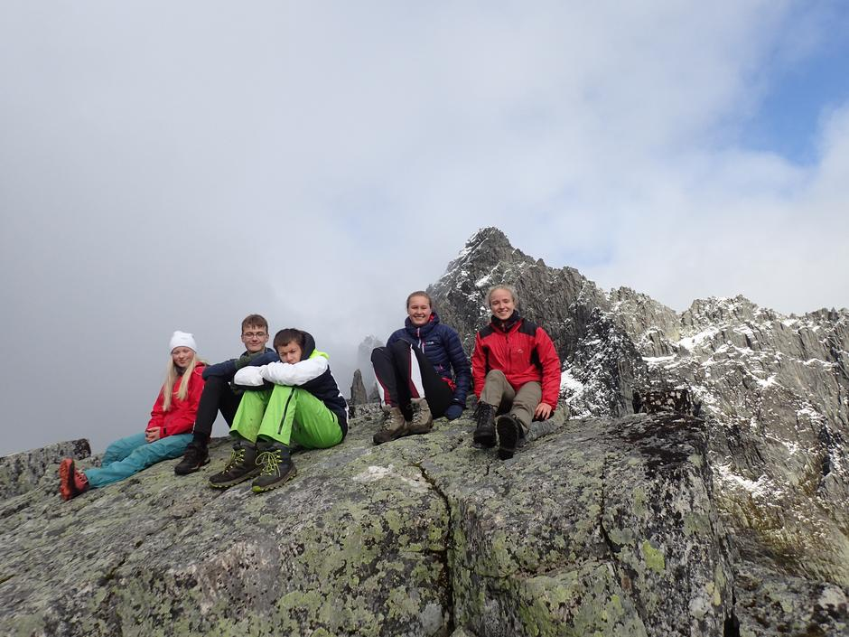 Kaja, Moritz, Leo, Maria S og Maria B på toppen