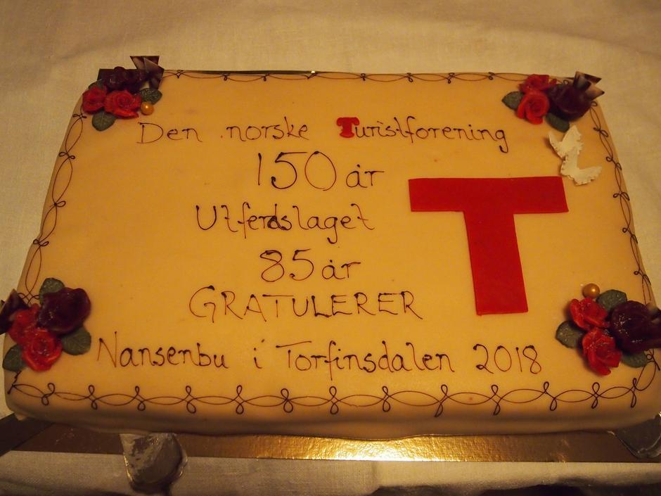 Nansenbu gis i gave fra Paul-Christian Rieber i anledning DNT sitt 150-årsjubileum og Voss Utferdslag sitt 85-årsjubileum.