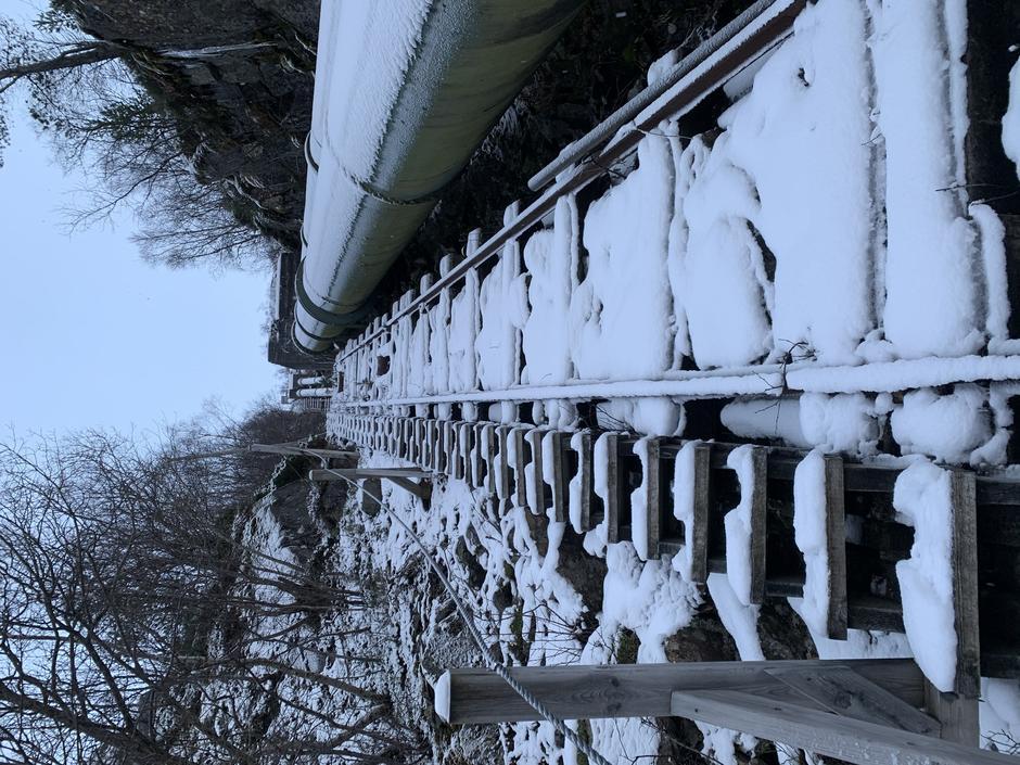 Begynner å komme godt med snø i trappene. Best å vente til våren igjen.