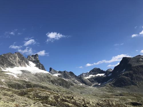 Bilde er tatt fra Gravdalen, toppene vi ser er Store Austabotntind, Ringstindane, Stølsmaradalstind