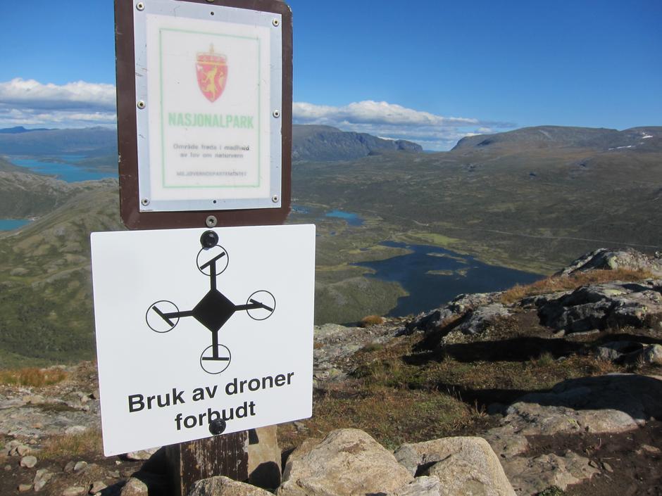 Det er heilt tydeleg nødvendig å minne om at droner ikkje er lov i nasjonalparken, dei høyrer ikkje heime på fjellturar elles heller