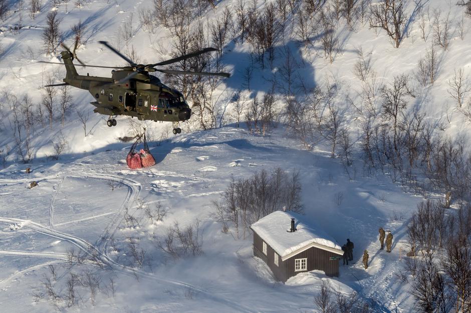 De to Merlin-helikopterene Mk3A fraktet 5 tonn fyringsved fra Østerdalen til Lappjordhytta