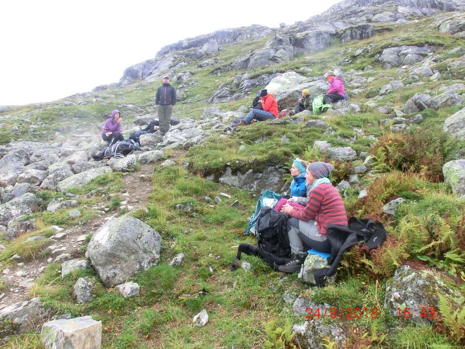 Etter å ha forlatt utsikten til Leirbreen var det tid for første pause før Ruta vender videre nedover vesle Utladalen.