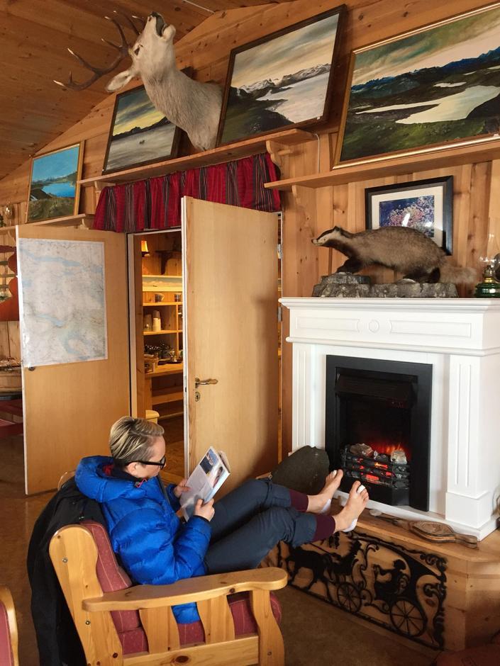 Spennende hytteinteriør og gamle utgaver av Fjell og Vidde ! Perfekt sted å nyte kvelden og hvile beina etter en lang dag på ski.