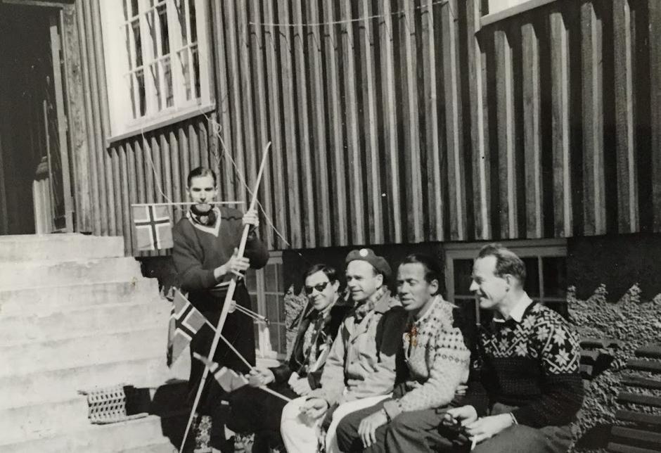 Knut Haukelid med gjester på tunet.