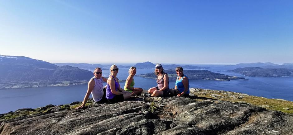 På bildet f.v: Halvar Larsen, Bente Kristin Aae, Marit Gjertsen, Jofrid Klæboe og Mari Jensen