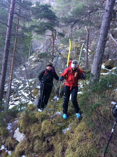Må bære ski opp bratta til Leirsetra