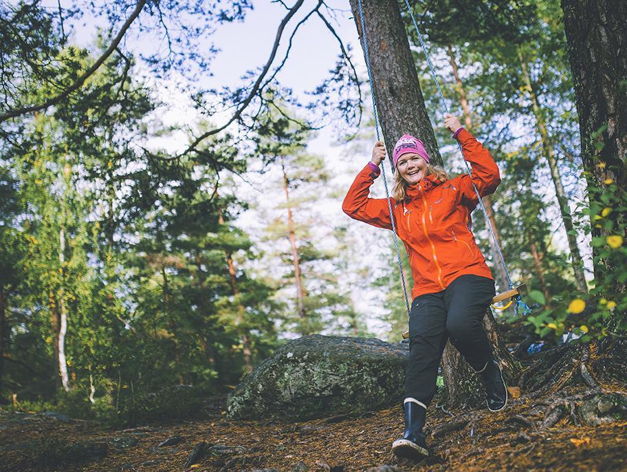 HENGER I STROPPEN: Det er ikke mye som skal til før man har det gøy i naturen, sier Anne Lindmo.