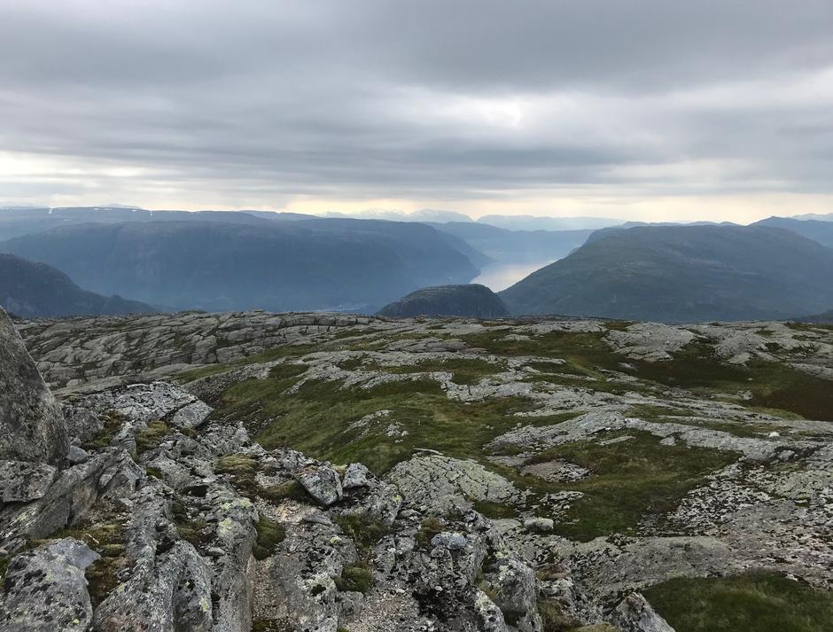 Torsdag 13.8: Finest ned fra Høgafjellet. Hikletten (494 moh) midt i bildet, Vaksdal skimtes ned i Sørfjorden, Rispingen (742 moh), Brødknipa (822 moh) helt til høyre i bildet.