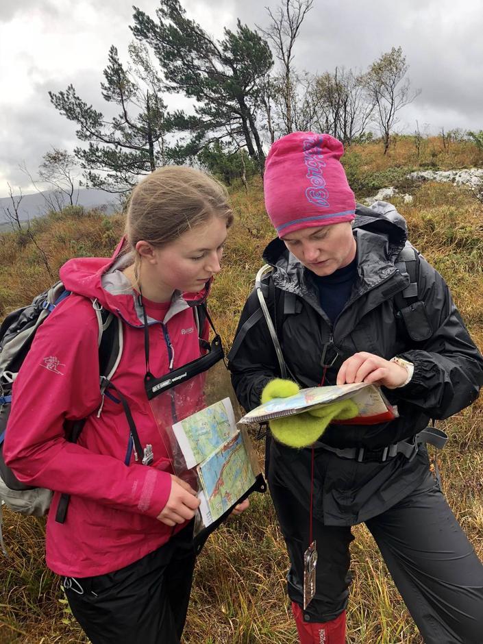 Orientering med kart og kompass er ein viktig del av turleiarutdanninga.
