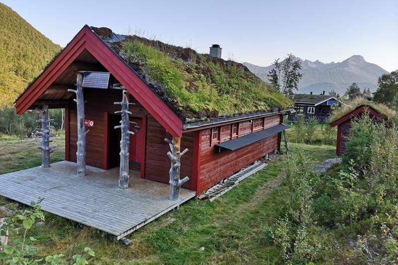 Venjesdalsbu ligger 150 meter fra parkeringen til Romsdalseggen og har fantastisk utsikt mot Isfjordsfjella og Venjetindene, Romsdalshorn og Blånebba. Foto: Arnstein Salthammer Eid