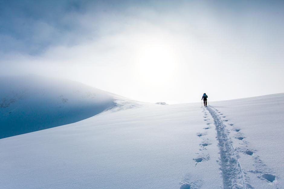 OPP, OPP:  Fjærlett skiutstyr  og strålende vær gjør marsjen til topps helt overkommelig.
