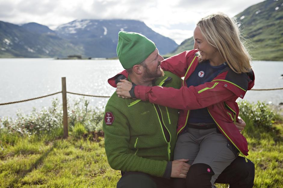 Vi selger både grønn og rød lue til de som ønsker å gå i fjellet med sivilstatusen synlig!