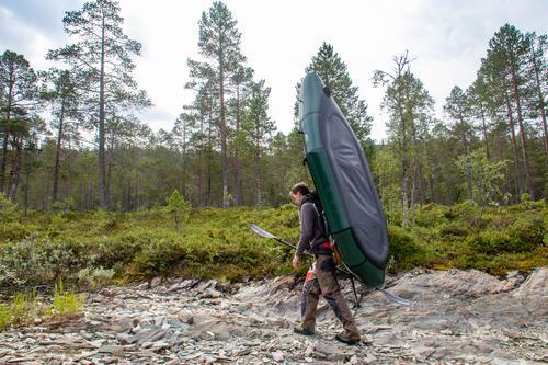 Med sekken festet i front av raften, er det enkelt å bære den oppblåst dersom det er lite vind og vegetasjon.