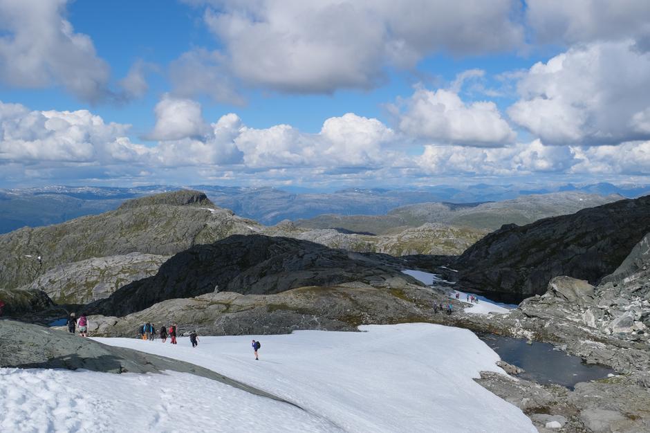 Fjellet Jonstein 1343 moh. er eit kjend landemerke i Jondal. Vi gjekk rundt Jonstein.