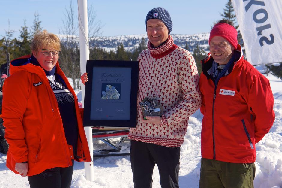 Generalsekretær Nils Øveraas mottok Fjellskikkprisen av Røde Kors sin generalsekretær Bernt Apeland og fikk gode ord på veien av Kulturminister Trine Skei Grande.