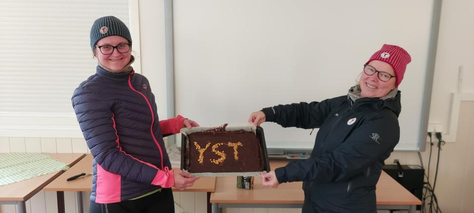 Kari Einen og Marit Gjersvoll frå Ytre Sogn Turlag overraska deltakarane med heimebaka kake då vi kom tilbake frå turen til Pollatinden.