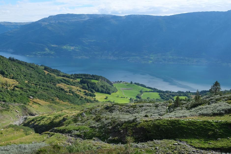 Vidt utsyn over Reiseter og gardene på andre sida av Sørfjorden (Børve, Sekse, Hovland).