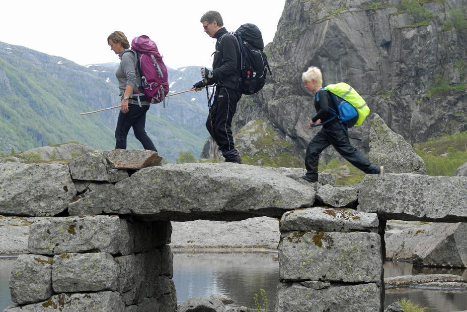 KLART DET GÅR! Målfrid Tjora og Einar Fagerheim har funnet rytmen over brua til Viglesdalen. Nikolai Kaarstad spretter avgårde ved egen hjelp.