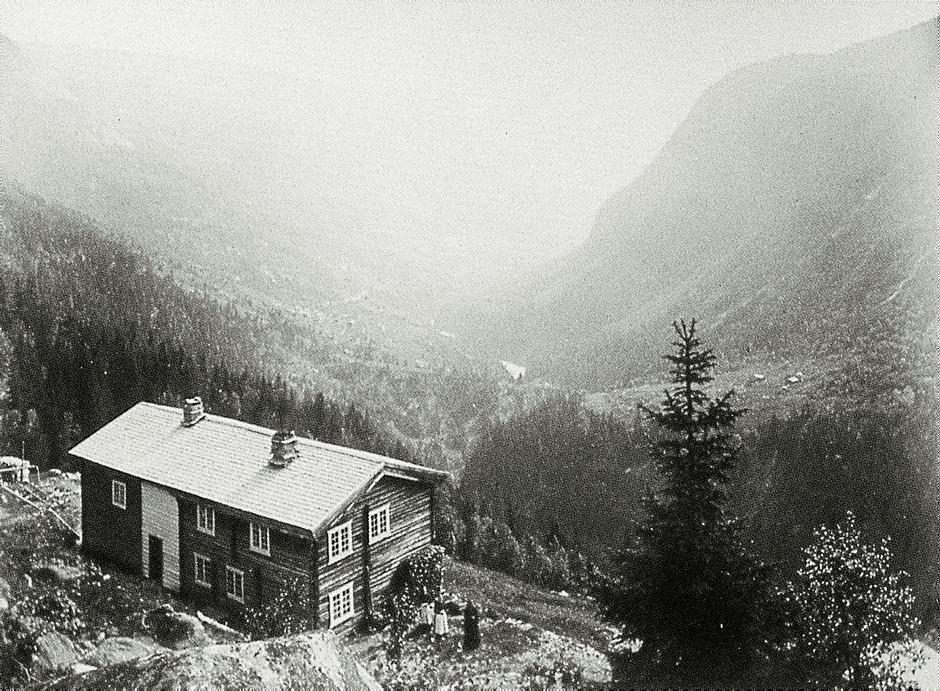 Krokan ved Rjukan var DNTs første turisthytte, 1868. Bildet er tatt like før århundreskiftet.