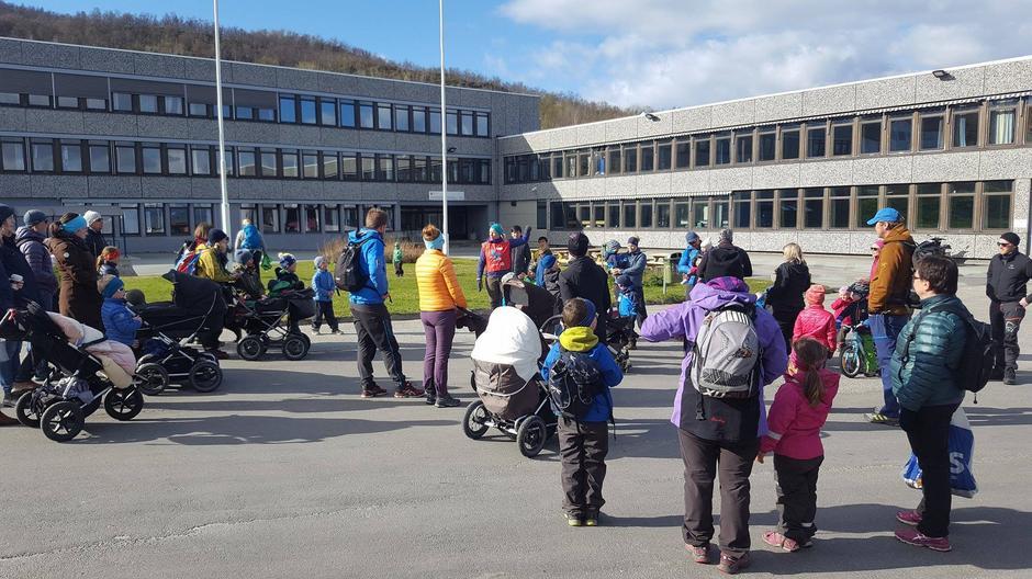 Turleder Linda Motrøen Paulsen informerer om turen