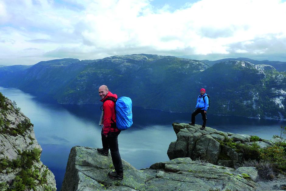 Norges fineste utforbakke? Turen ned til Lysefjorden går via Hengjanenibbå, Preikestolen i miniatyr.