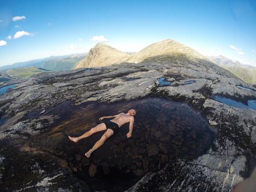En avslappende dukkert i den vesle pytten et steinkast fra hytta på Vasstindbu i Romsdalen. Med 25 grader i lufta og strålende sol, var pytten nesten like varm som et badekar.