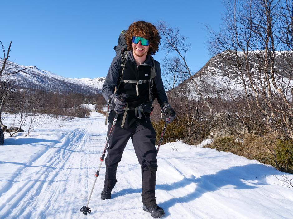 Den unge briten, Mark Coupe, går alene over vidda uten ski. Her er han like ved Mogen Turisthytte.