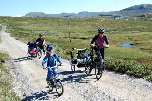 Familie på sykkeltur til Kalhovd