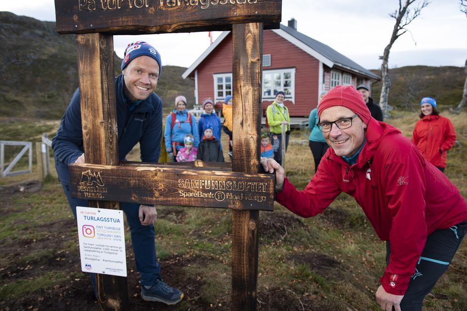 Banksjef Bernt Ola Nilsen og Styreleder Trond Løkke  foran Turlagsstua