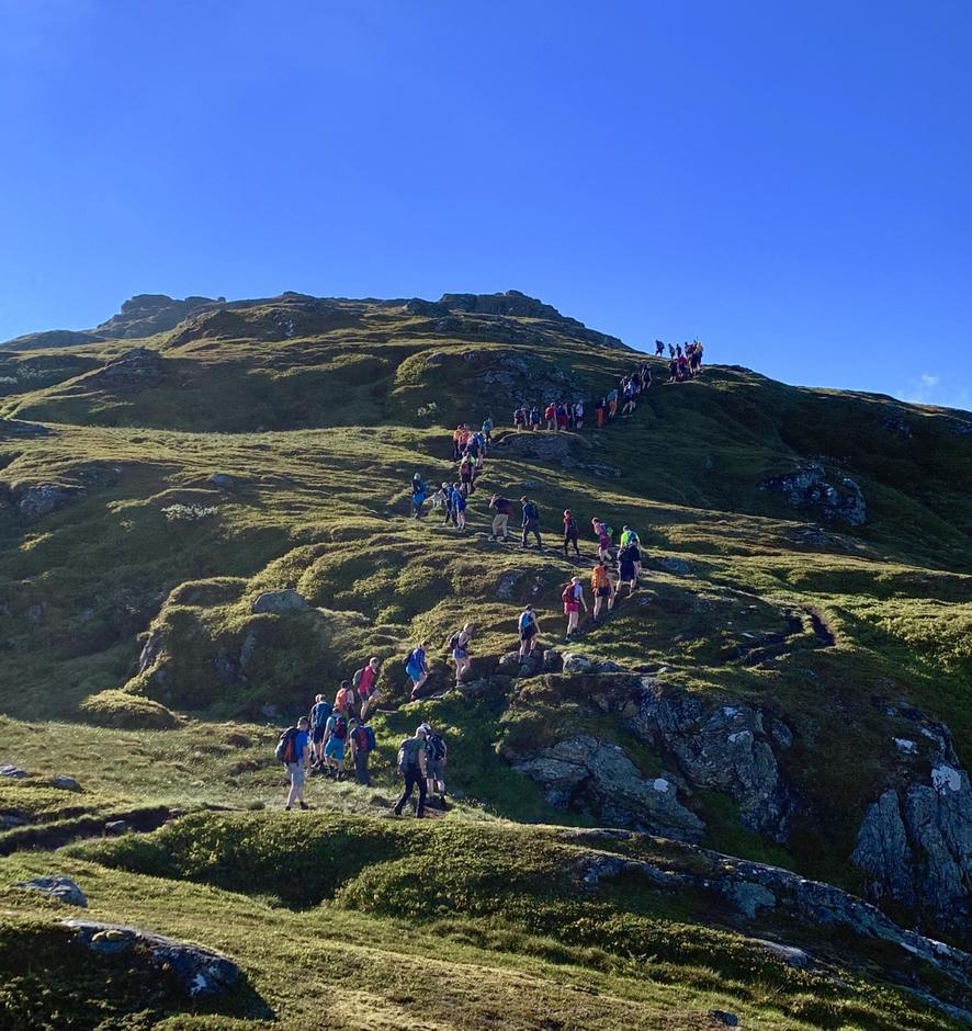 Turfølgjet ormar seg opp mot første toppen, Fureviknipa.