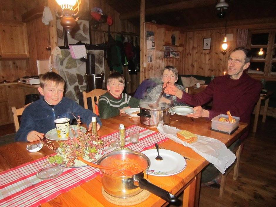 Triveleg på hytta med god mat, yatzy og kortspel til langt på kveld.