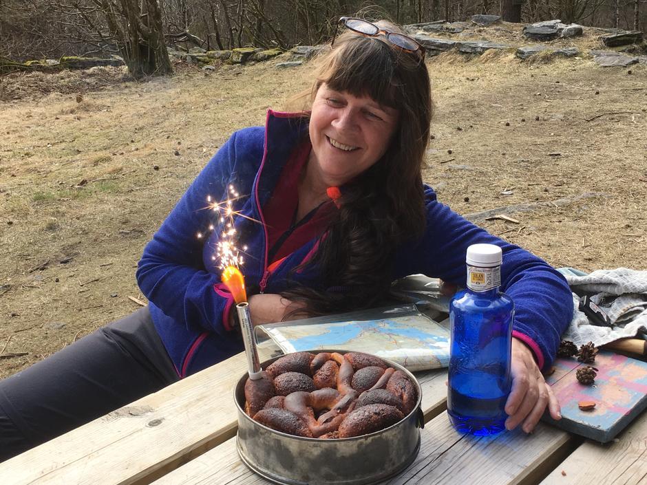 Rita Mathisen fekk nyleg hedersknappen for sin frivillige innsats i DNT.  Den heidra kursleiaren var overraska med kake.