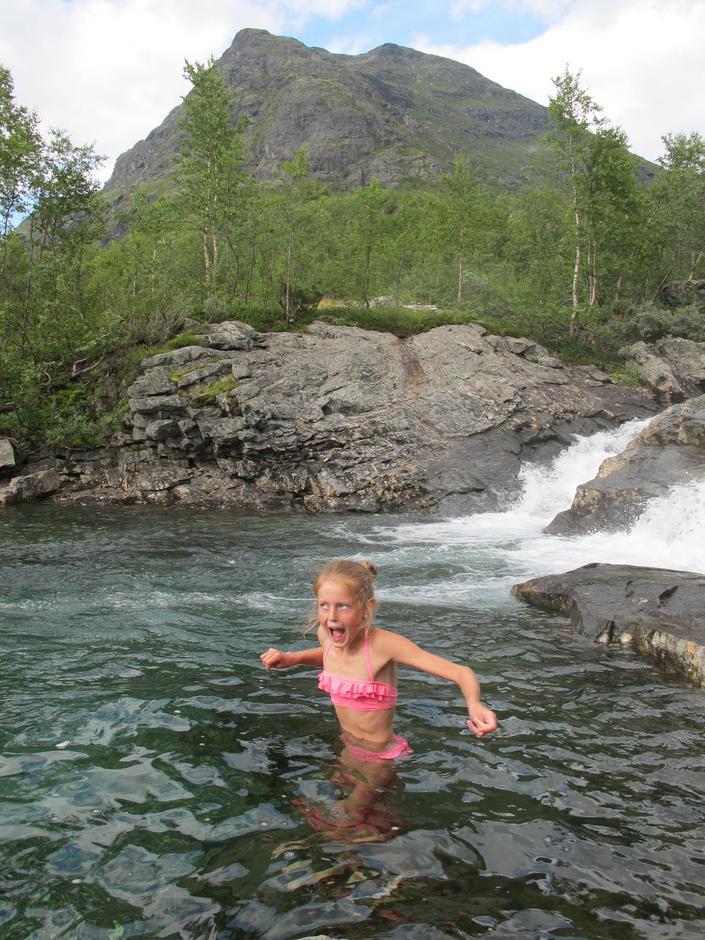 Friskt men deilig i elva bak Skogadalsbøen 6. august 2014.