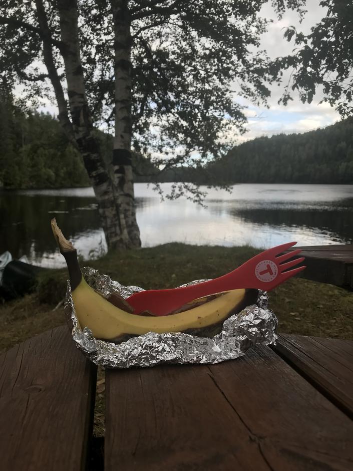 Vi grillet banan og sjokolade i folie etter turen til Løkedalsfossen. Nam nam!