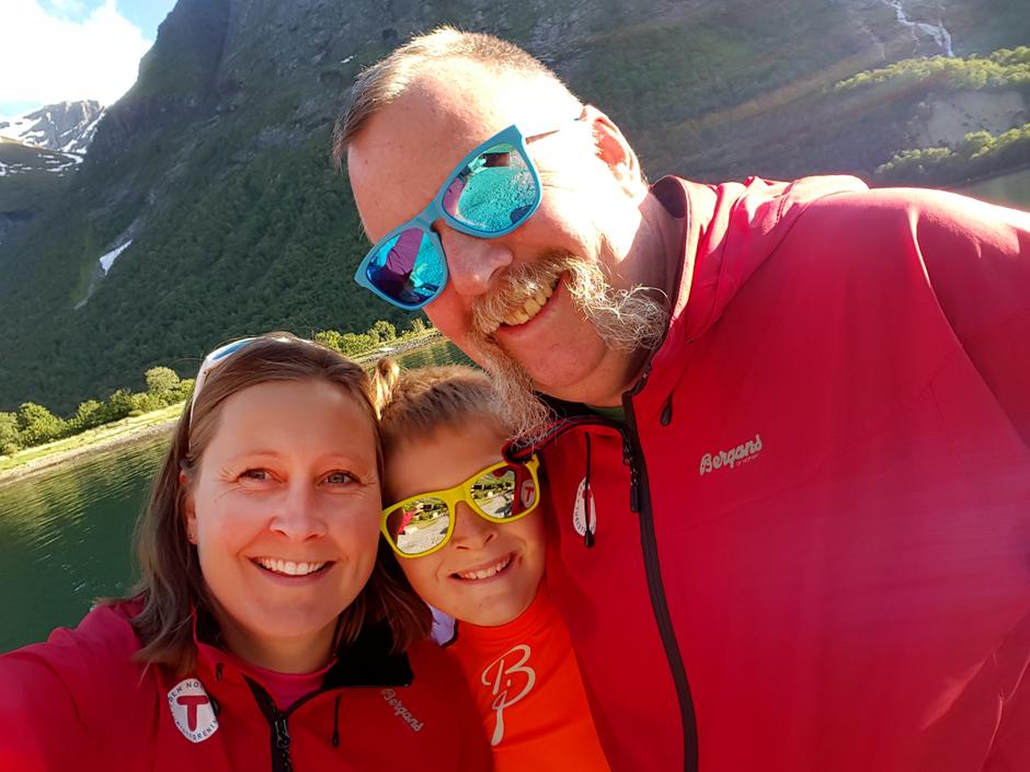 I fire generasjoner har Vole-familien vært vertskap på DNT-hytta Glitterheim. Nå er det Tone og Knut Vole og sønnen Ola som tar imot fjellfolket.
