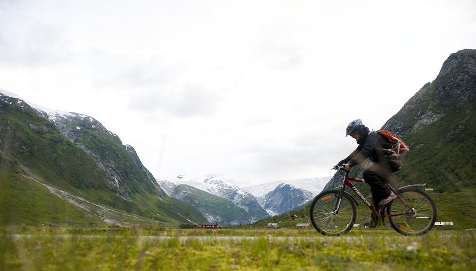 Gjør som gutten på bildet og legg ut på sykkeltur i fjellet i høst! Fra Tungestølen i Jotunheimen.