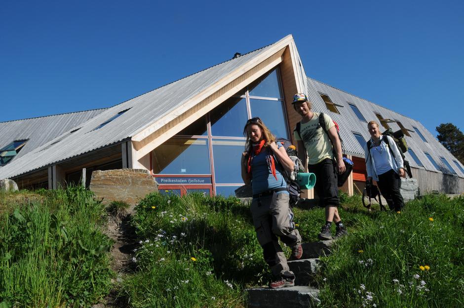 MIDT I SMØRØYET: 270.000 turister passerte i 2015 Preikestolen fjellstue på vei til Norges største naturattraksjon.