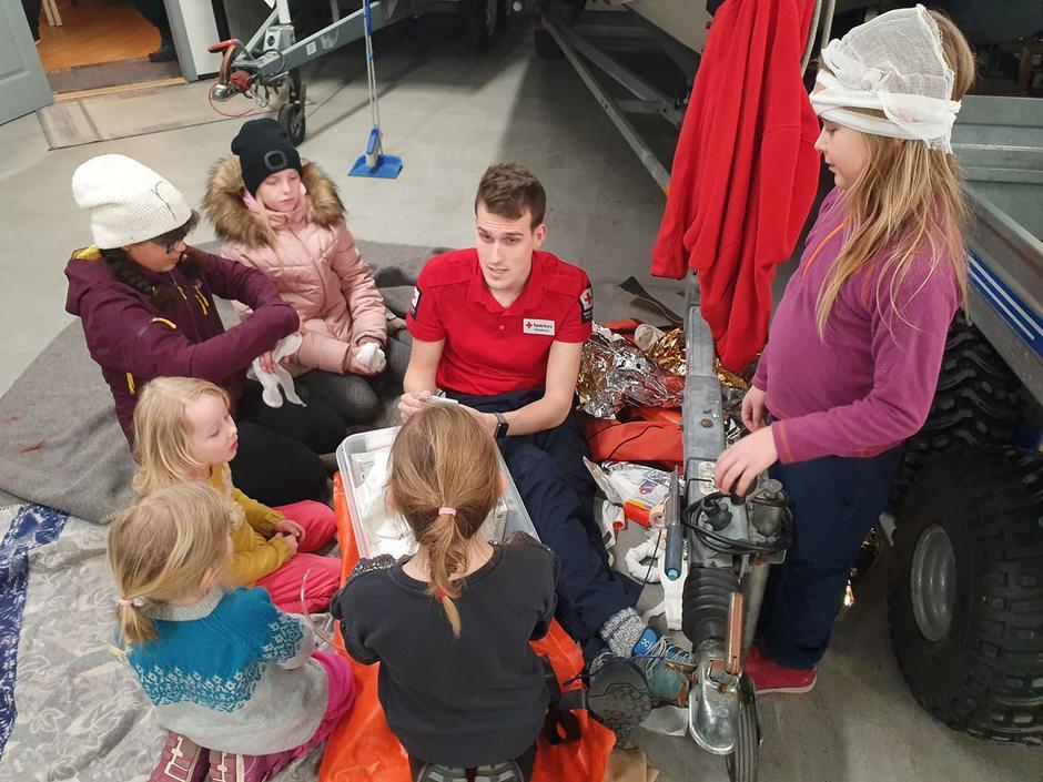 Kristian lærer barne om spjelking og bandasjering